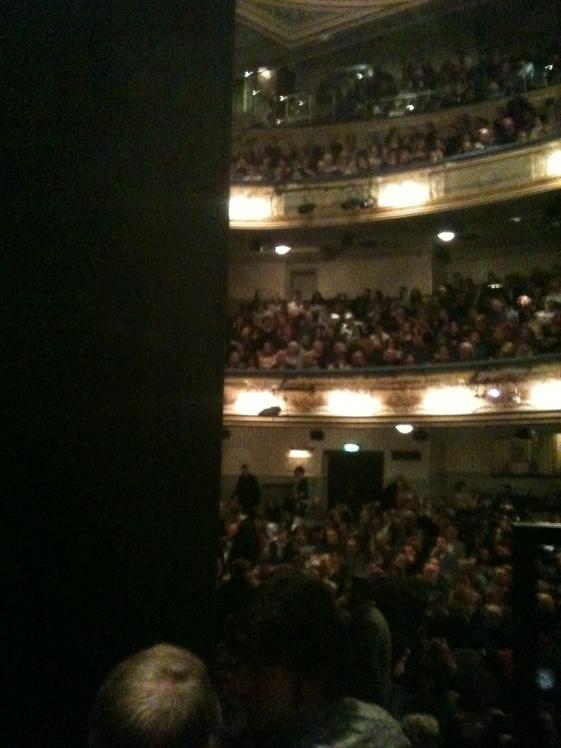 Der Blick von unserem Platz aus ins Publikum.