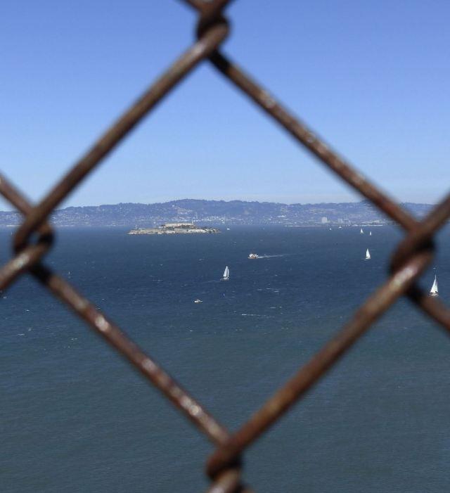 Von der Golden Gate Bridge aus gesehen, absichtlich durchs Gitter fotografiert.