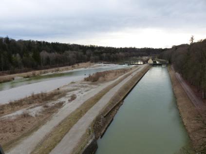 Richtung Süden: rechts der Kanal, links die Isar
