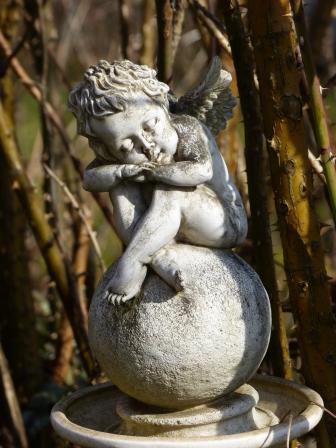 Diesen Engel fand meine Mutter im Friedhofsmüll - wie kann man so einen süßen Engel (höchstens 15 cm groß) wegwerfen?