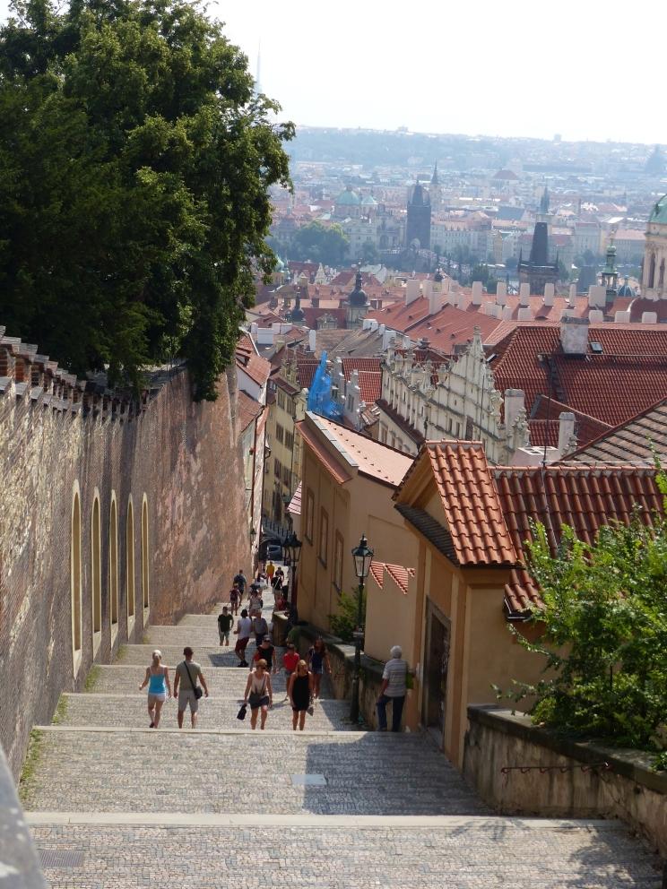 Im Hintergrund sind die Karlsbrücke und die Altstadt zu sehen.
