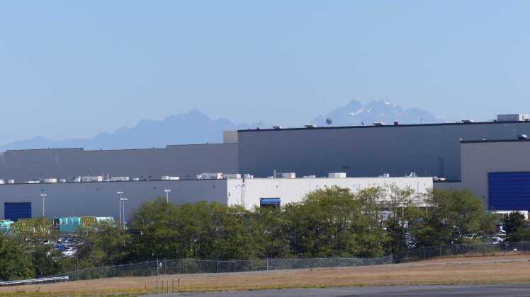 Im Hintergrund sind die Olympic Mountains zu sehen.