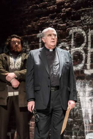 Turlough Convery als Lawrence Malone + Gerard Horan als Father Horrigan; Photo by Johan Persson